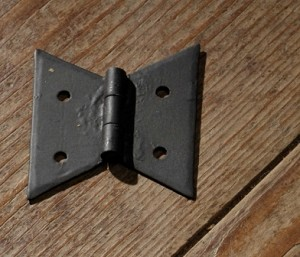 PAIR OF BUTTERFLY HINGES